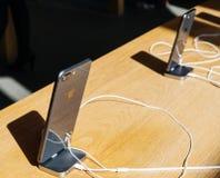 Ny iPhone 8 och iPhone 8 Plus i Apple Store med svart exponeringsglas I Royaltyfri Bild