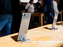 Ny iPhone 8 och iPhone 8 Plus i Apple Store med svart exponeringsglas I Royaltyfria Bilder