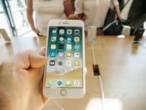 Ny iPhone 8 och iPhone 8 Plus i Apple Store pov på apps Royaltyfri Bild