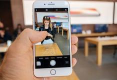 Ny iPhone 8 och iPhone 8 Plus i Apple Store som tar fotocamer Fotografering för Bildbyråer