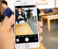 Ny iPhone 8 och iPhone 8 Plus i Apple Store som tar fotocamer Royaltyfri Fotografi