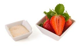 Ny isolerade jordgubbe och socker Arkivfoto