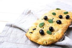 Ny italiensk focaccia med oliv, vitlök och örter royaltyfri bild