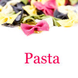 Ny italiensk pasta som isoleras på det vita bakgrundsslutet upp (med Royaltyfri Foto