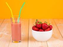 Ny jordgubbar och smoothie Fotografering för Bildbyråer