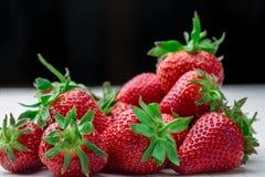 ny jordgubbe för bakgrund Moget i närbild Arkivfoto
