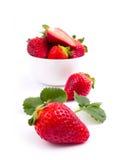 Ny jordgubbe i bunken Arkivbilder