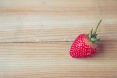 Ny jordgubbe på träbakgrund Royaltyfria Foton