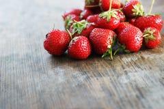 Ny jordgubbe på träbakgrund Royaltyfri Fotografi