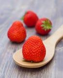 Ny jordgubbe på träbräde Royaltyfri Bild