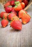Ny jordgubbe på trätabellen Arkivfoto