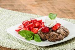 Ny jordgubbeefterrätt med chokladkakan Royaltyfri Foto