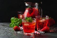 Ny jordgubbelemonad med mintkaramellen Fotografering för Bildbyråer
