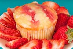 Ny jordgubbemuffin Arkivbild