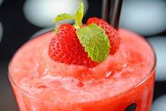 ny jordgubbesommar för drink arkivfoton