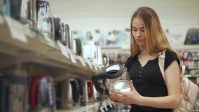 Ny juicer för kvinnaköp stock video