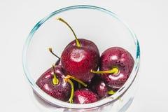Ny körsbär för sunt i exponeringsglas på isolerad bakgrund Arkivbild