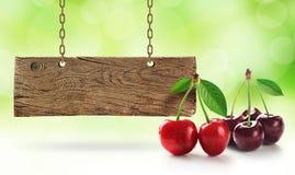 Ny körsbär, körsbär och träbräde arkivfoto