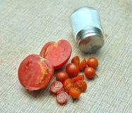 Ny körsbärsröd tomat och tomat på en tabell Royaltyfria Foton