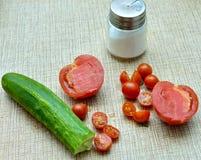 Ny körsbärsröd tomat och tomat på en tabell Royaltyfri Fotografi