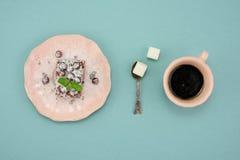 Ny kaffe- och tranbärkaka i tappningmaträtt på turkosbakgrund Top beskådar Arkivfoto