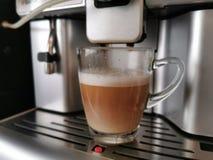 Ny kaffecappuccino f?r morgon fr?n kaffemaskinen Kaffe med mj?lkar klart f?r portion fotografering för bildbyråer