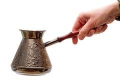 Ny kaffekruka i hand Royaltyfri Foto