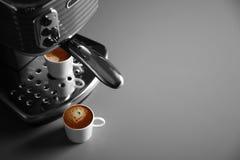Ny kaffemaskin och två koppar med ny espresso Arkivbilder