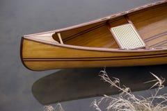 Ny kanot som svävar på det lugna vattnet i vintersolnedgång Royaltyfri Foto