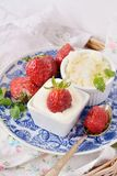 Ny keso med jordgubbar Royaltyfria Bilder