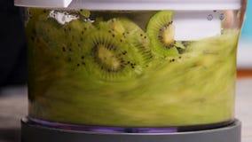 Ny kiwi i en blandare, närbild lager videofilmer