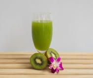 Ny kiwifruktsaft Arkivfoton