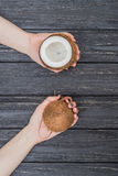 Ny kokosnöt i kvinnliga händer Arkivfoto
