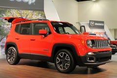 Ny kompakt jeep på ställning royaltyfri fotografi
