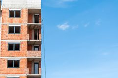 Ny konstruktionsplats för bostads- byggnad med fönster och blå himmel för frikänd med kopieringsutrymme, industriellt arkitekturb arkivfoto