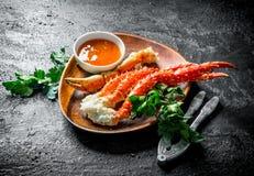 Ny krabba på en platta med persilja och sås arkivbilder