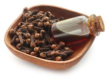 Ny kryddnejlika med olja i en krus arkivfoton