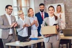 Ny kvinnlig medlem av laget, nykomling och att applådera till kvinnlig anställd som gratulerar kontorsarbetaren med befordran arkivfoto