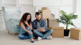 Ny lägenhet för unga par som granskar selfies