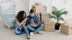 Ny lägenhet för unga par som väljer möblemang