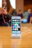 Ny lansering för smartphone för Apple iPhoneSE Fotografering för Bildbyråer