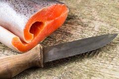 Ny lax på träbräde med kniven Fotografering för Bildbyråer