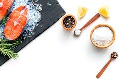 Ny laxbiff med kryddor, rosmarin, citron för att laga mat sund mat på den vita modellen för bästa sikt för bakgrund royaltyfri fotografi