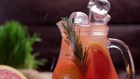 Ny lemonad för grapefrukt med is lager videofilmer