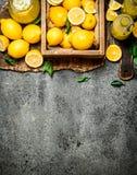 Ny lemonad från mogna citroner i asken Royaltyfria Bilder