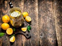 Ny lemonad i en tillbringare med skivor av citronen Royaltyfri Foto