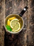 Ny lemonad i en tillbringare med skivor av citronen Royaltyfria Foton