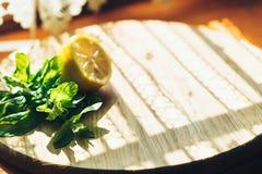 Ny lemonad i krus med den gula citronen och mintkaramellen på träkökbakgrund Vattendetox Fotografering för Bildbyråer