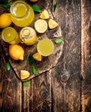 Ny lemonad som göras med mogna citroner Arkivbilder