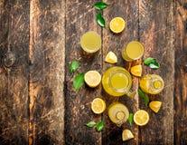 Ny lemonad som göras med mogna citroner Fotografering för Bildbyråer